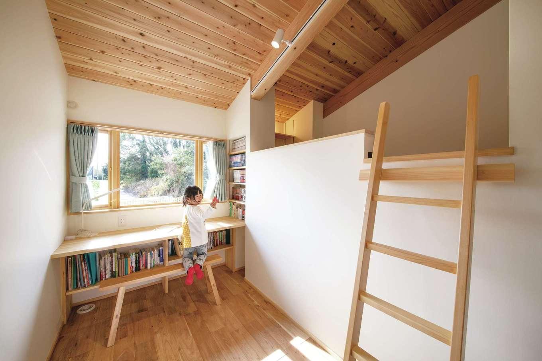 ぴたはうす 安食建設【自然素材、間取り、平屋】ロフトでスペースを有効活用して、子どもたちそれぞれに個室を用意。リビングと同じく、南側に面した子ども部屋は、日当たり抜群なうえ、雄大な景色を眺めることができる