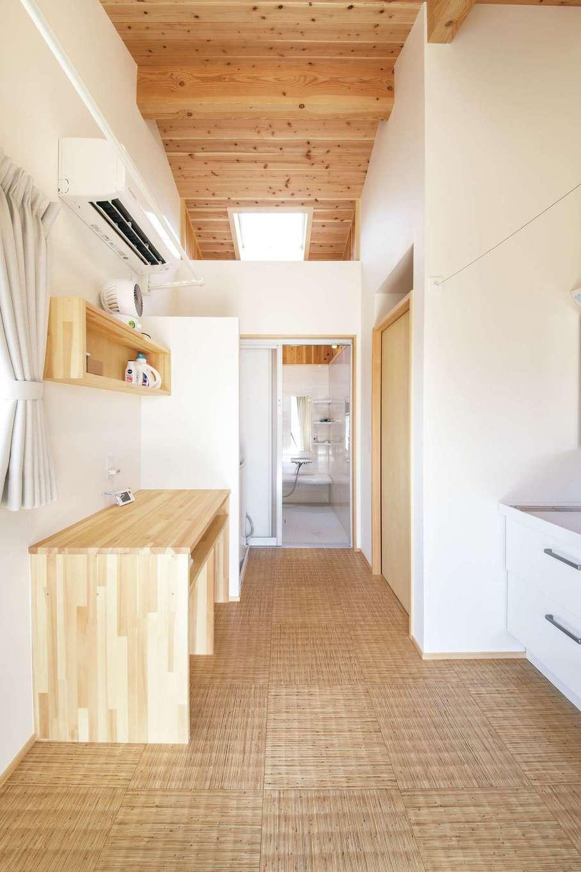 ぴたはうす 安食建設【自然素材、間取り、平屋】洗う・干す・しまうをすべてできる広い脱衣所で家事を楽に
