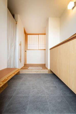ぴたはうす 安食建設【自然素材、間取り、平屋】広々とした土間の玄関。パントリーを通りキッチンへと繋がる回遊動線も確保
