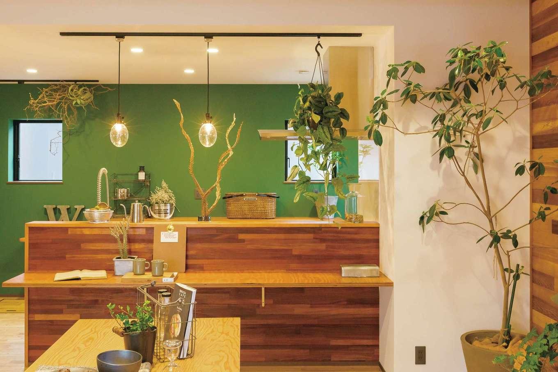 タツミハウジング【デザイン住宅、狭小住宅、間取り】リビング壁のレッドシダーや対面キッチン腰壁に用いたカリン材は、ご主人のこだわり