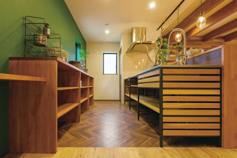 タツミハウジング【デザイン住宅、狭小住宅、間取り】『タツミハウジング』のショールームで一目ぼれしたキッチンを採用。ヘリンボーンの床とグリーンの壁がベストマッチ