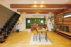 土間リビングが開放的な3階建ての木造の家