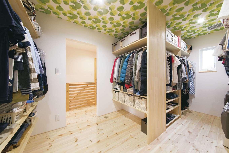 小幡建設【デザイン住宅、子育て、省エネ】2階には、寝室と2つの子ども部屋のほか、家族みんなの洋服をまとめて収納できる大容量のウォークインクローゼットがある