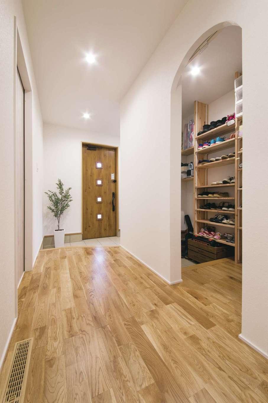 小幡建設【デザイン住宅、子育て、省エネ】大容量のシューズクロークがある家族用の玄関を設けることで、すっきりとした印象に