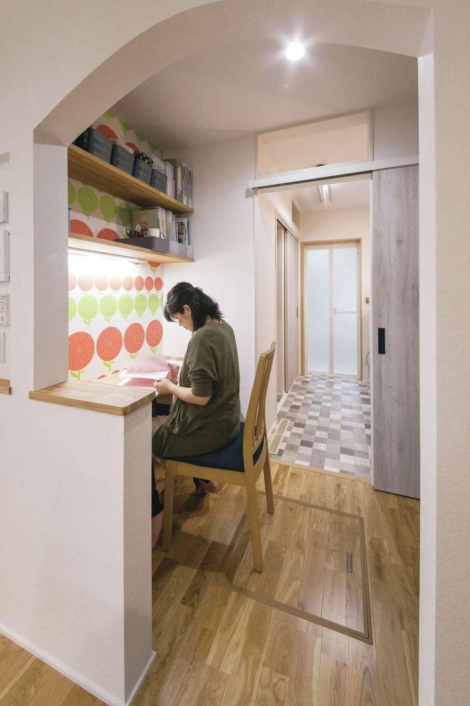 小幡建設【デザイン住宅、子育て、省エネ】キッチン隣に広い開口が特徴的な家事室を配置。子どもの勉強スペースとしても使える