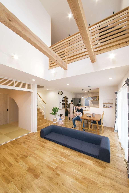 小幡建設【デザイン住宅、子育て、省エネ】明るく開放感たっぷりのLDK。ナラの木を使ったフローリングに合わせて、キッチンのカウンターや棚、テレビボードなどの家具を造作している