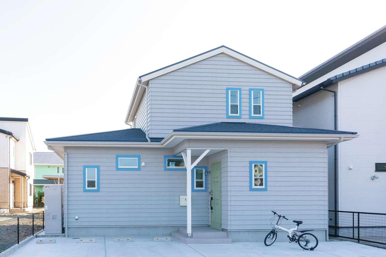 丸昇彦坂建設【デザイン住宅、子育て、間取り】『ヒコケン』の建築条件付き分譲地に建てたT邸。ラップサイディングに鮮やかなターコイズブルーの窓枠が映えるアメリカンハウス風の外観デザイン