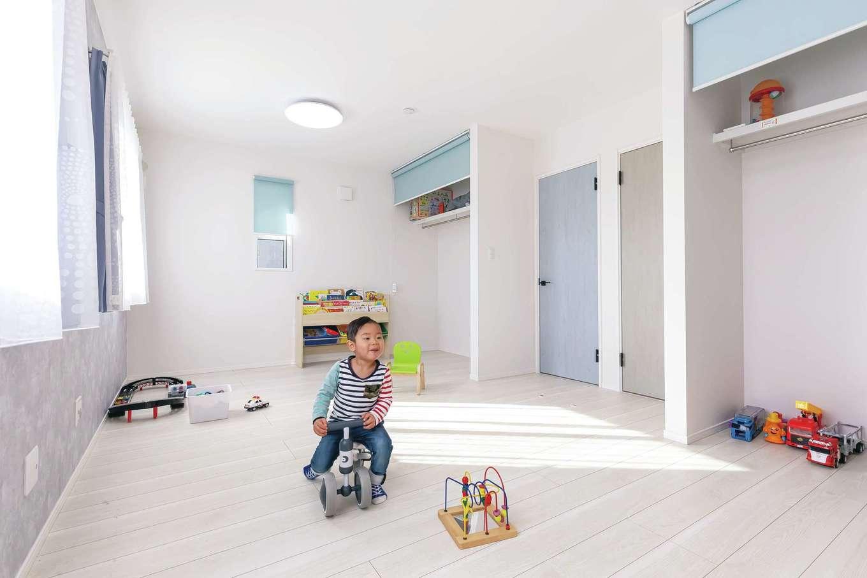 丸昇彦坂建設【デザイン住宅、子育て、間取り】大きなウッドデ子どもが小さいうちはワンルームの遊び場として使い、成長に合わせて二間に。おもちゃでキズをつけてもいいよう、床は合板フローリング。クローゼットの扉をなくしてコストダウン
