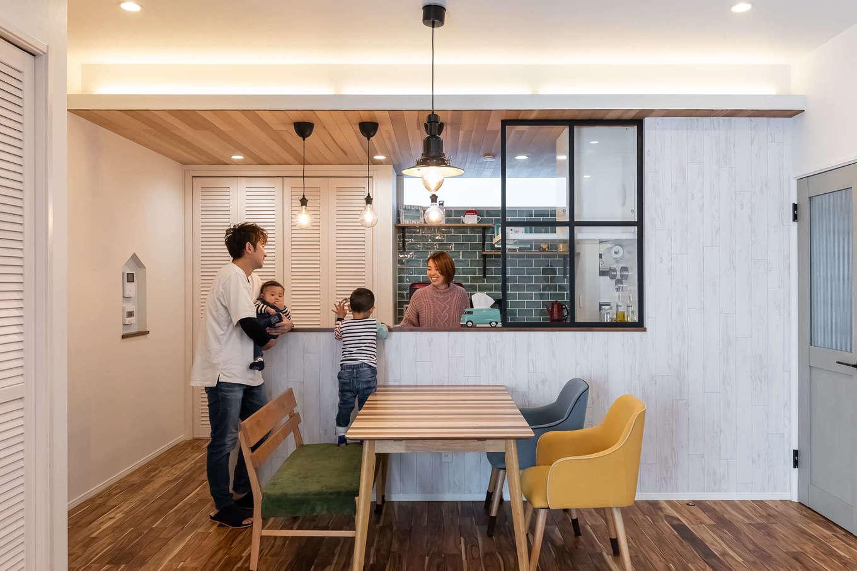丸昇彦坂建設【デザイン住宅、子育て、間取り】奥さまの夢をカタチにしたカフェスタイルのオープンキッチン。ルーバー扉の食器棚、レッドシダーの天井、グリーンのサブウェイタイル、アイアンの格子など、こだわりが詰まっている