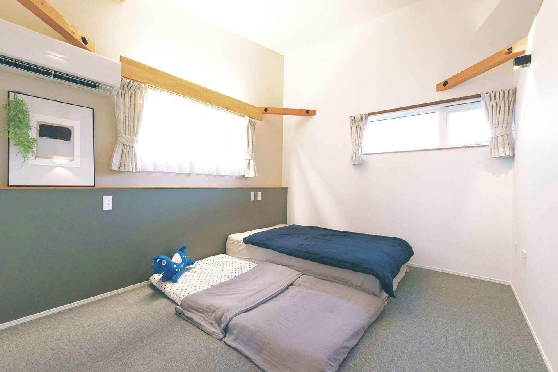 ainoa.life くらはし建築【デザイン住宅、自然素材、省エネ】2階寝室は勾配天井と間接照明でリラックス空間を演出。奥さまが眠るベッドの枕元に間接照明のスイッチがあり、授乳などで起きた時にも便利