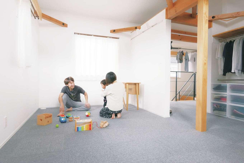 ainoa.life くらはし建築【デザイン住宅、自然素材、省エネ】2階ホールから死角になるように子ども室を設計したので、扉がなくてもプライベート感は十分。成長に合わせて間仕切りが可能。奥に見える物干しスペースはリビングから見えない位置にあり、来客時も干しっぱなしでOK。しまう時はそのままウォークインに収納できる
