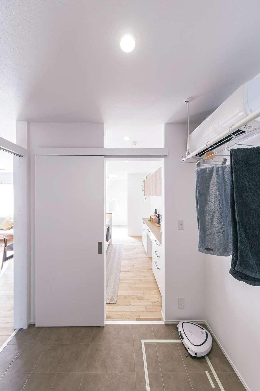 ainoa.life くらはし建築【デザイン住宅、自然素材、省エネ】玄関からLDKに行く間に洗面脱衣所、浴室がある、下着類はここで室内干し&収納ができ、キッチンにも隣接