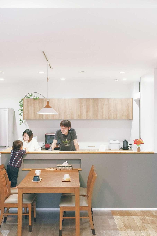 ainoa.life くらはし建築【デザイン住宅、自然素材、省エネ】家の中心に設計されたキッチンは、夫婦二人で立ってもお互いの邪魔をせず作業できる。食事の仕度中は、ダイニングに長男を座らせコミュニケーション