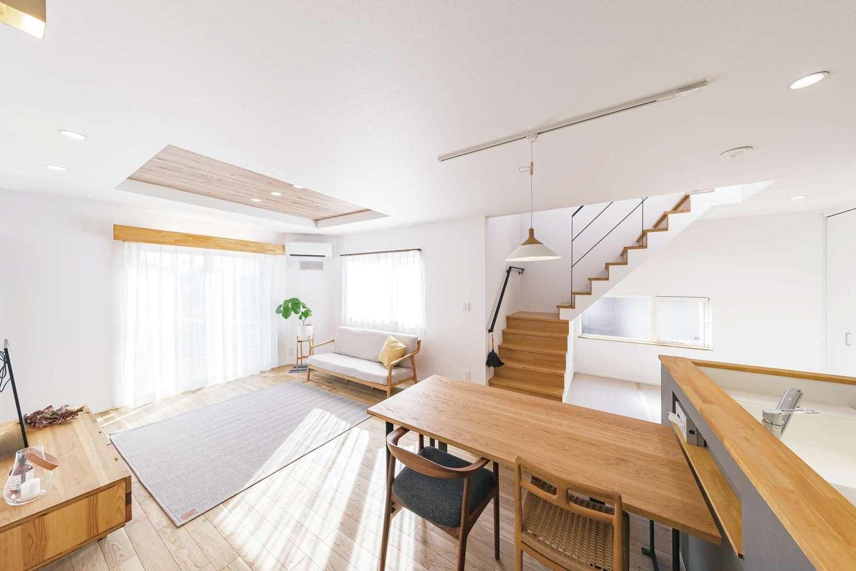 ainoa.life くらはし建築【デザイン住宅、自然素材、省エネ】奥さまが好きな木目×グレーの組み合わせが心地いいLDK。階段下の和室は、お子さまが自由に遊べる場所。将来は勉強スペースとして、また夫妻が年齢を重ねてから、布団を敷いて寝室として使ってもOK。暮らしを丁寧に聞く『くらはし建築』の工夫が、何気ない毎日にちょっとした幸せをつくる