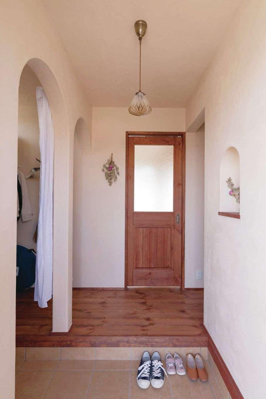 アイジースタイルハウス【デザイン住宅、子育て、自然素材】帰宅時にモワッと感がない玄関。アーチの垂れ壁がおしゃれ