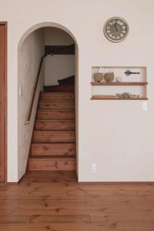 アイジースタイルハウス【デザイン住宅、子育て、自然素材】ママに「ただいま」を言ってから2階に上がるリビング階段を採用。ニッチの位置とサイズ感も絶妙