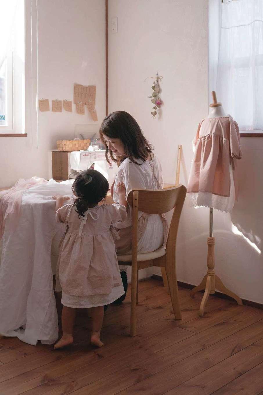 アイジースタイルハウス【デザイン住宅、子育て、自然素材】ハンドメイドで丁寧に洋服をつくるシーンが、日常に溶け込んでいる