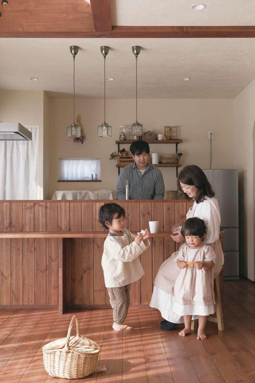 アイジースタイルハウス【デザイン住宅、子育て、自然素材】家族のていねいな暮らしが伝わってくるオール自然素材のLDK。奥さま手づくりの子ども服がナチュラルな空間によく似合う。無垢の床に付いたキズやシミも味わいになっていく