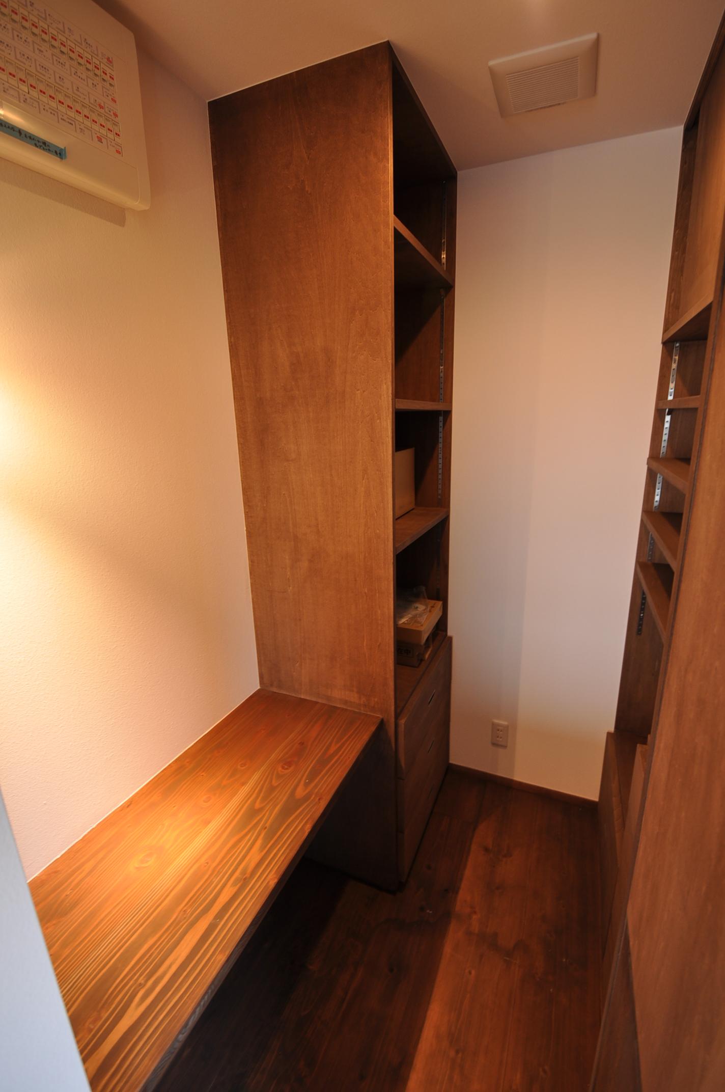 加藤忠男(加藤建築)【デザイン住宅、建築家、インテリア】パントリーには奥さまの家事室としての使用も想定し、カウンターを設えた