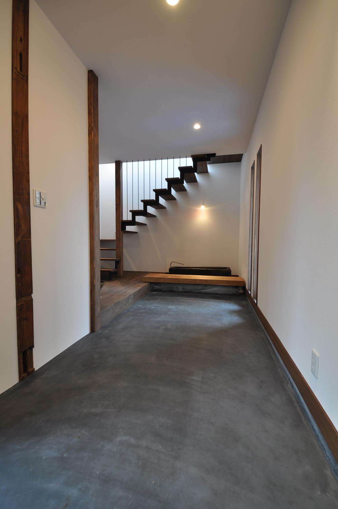 加藤忠男(加藤建築)【デザイン住宅、建築家、インテリア】玄関ドアを開けるとあらわれる広い土間は用途を限定しないフリースペースに。お気に入りの家具や絵画を飾ったりと想像が膨らむ