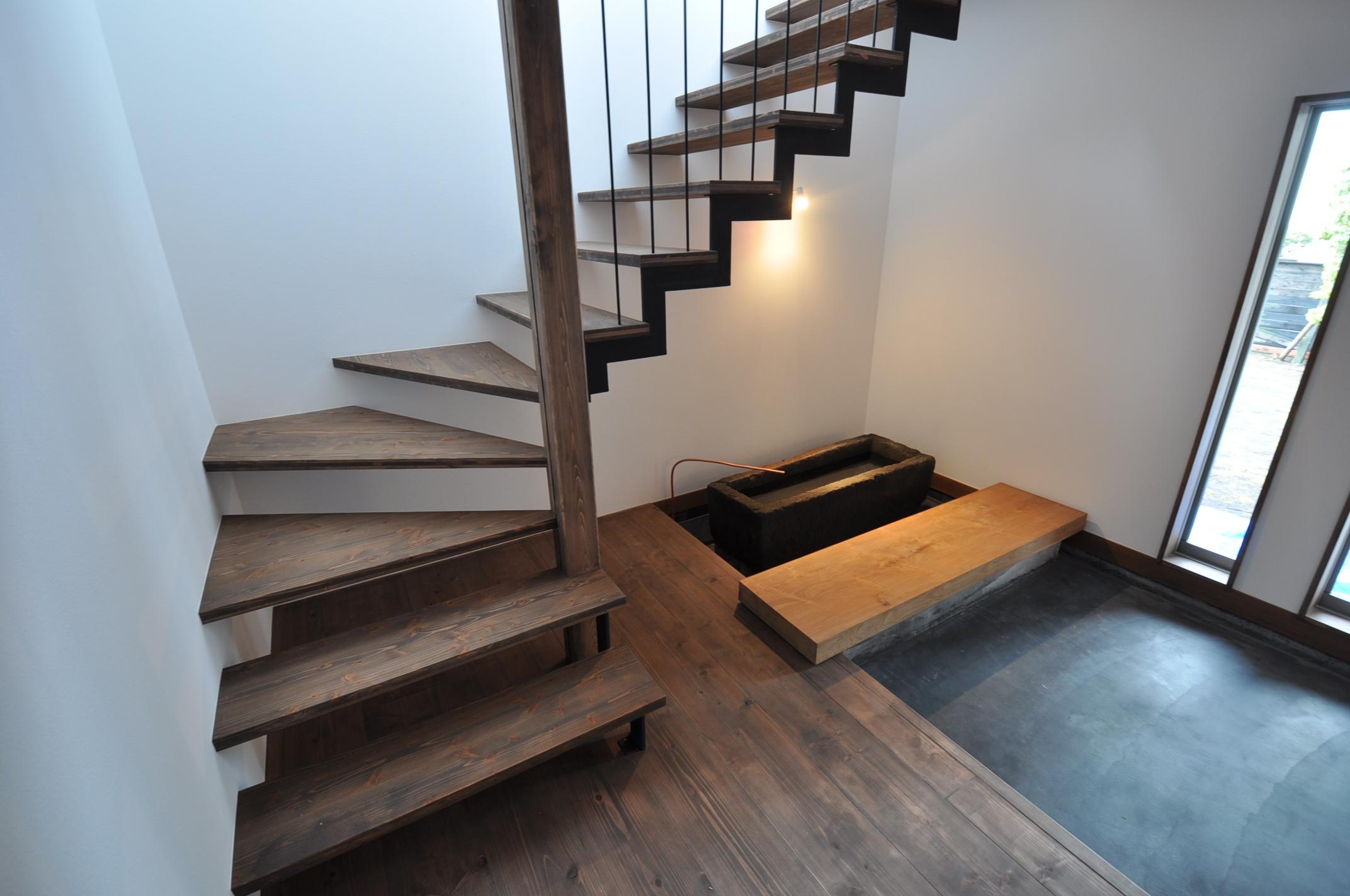 加藤忠男(加藤建築)【デザイン住宅、建築家、インテリア】2階へ登るストリップ階段の下には石の水槽では、季節ごとに水草が生活に彩りを添える