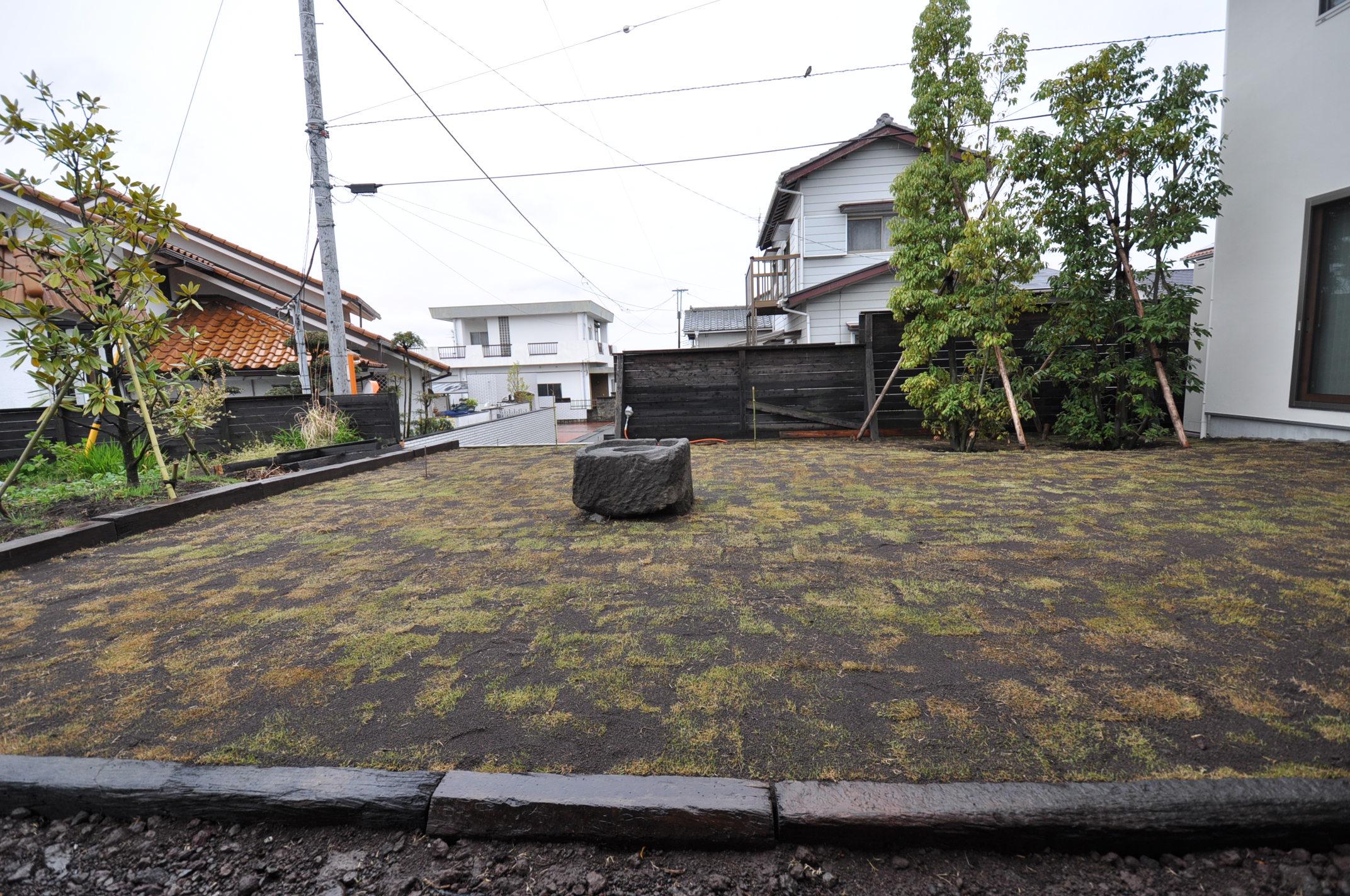 加藤忠男(加藤建築)【デザイン住宅、建築家、インテリア】広くとった庭には芝を張り、中央にTさんお気に入りの石のアートを据えた
