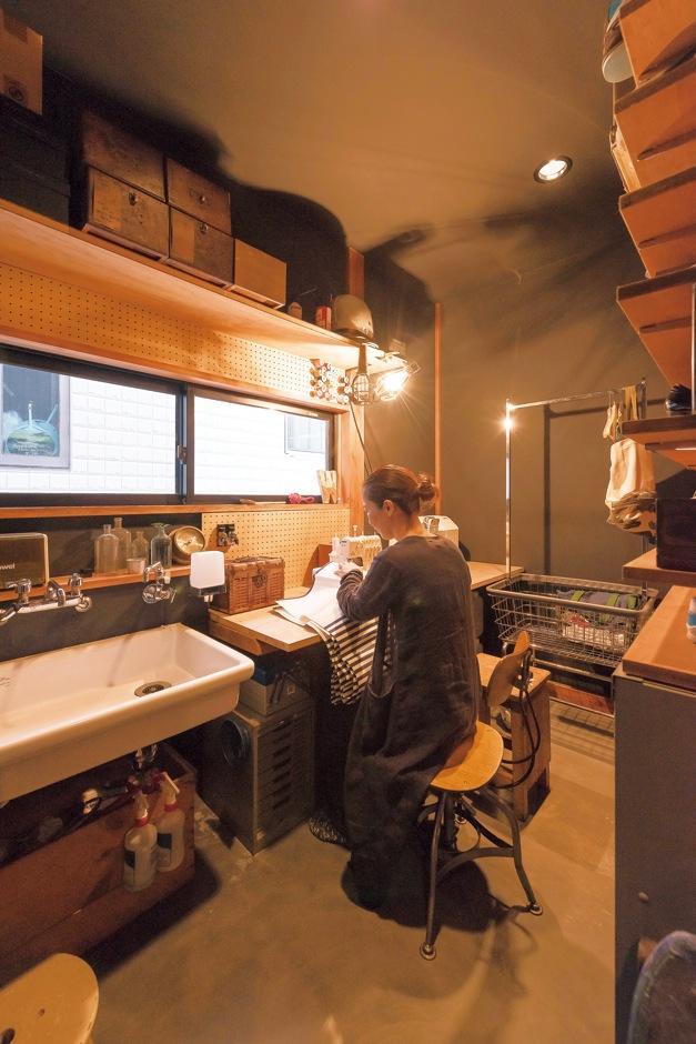 KATO Construction Works【デザイン住宅、和風、自然素材】奥さまの趣味部屋は墨モルタルの床を採用し、シャビーな雰囲気に。ひとつひとつの小物までおしゃれ