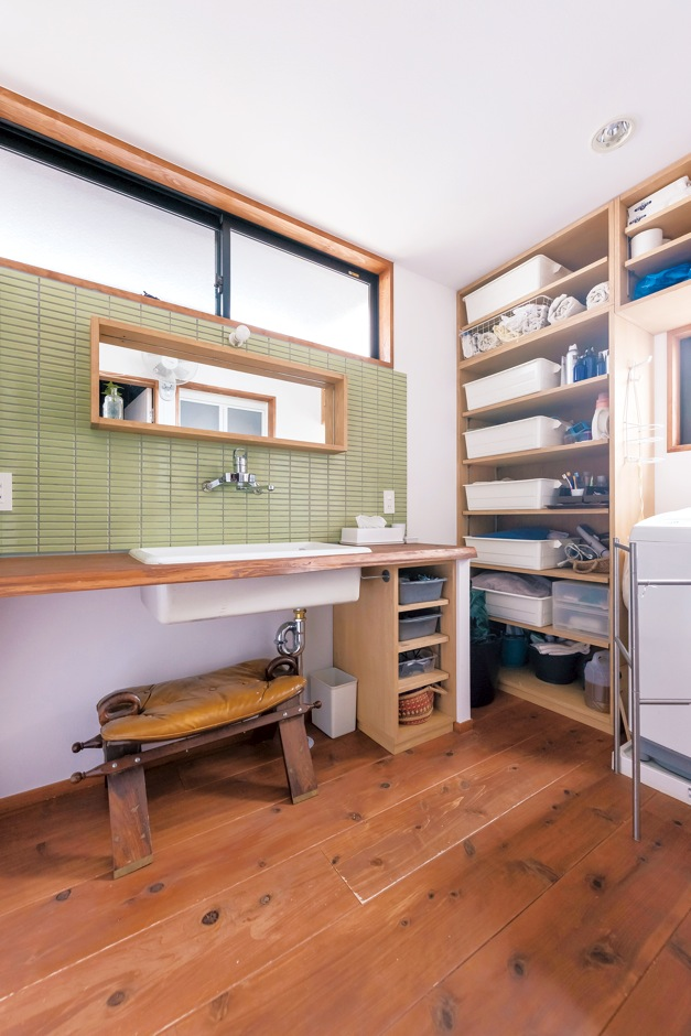 KATO Construction Works【デザイン住宅、和風、自然素材】女性が多いので、洗面室は広くしてもらいました。グリーンのタイルと木の調和も素敵でしょ?ハイサイドライトの効果で、北側とは思えないほど明るいんです。実験室で使うような深いシンク、大容量の造作収納棚も重宝しています。(奥さま)