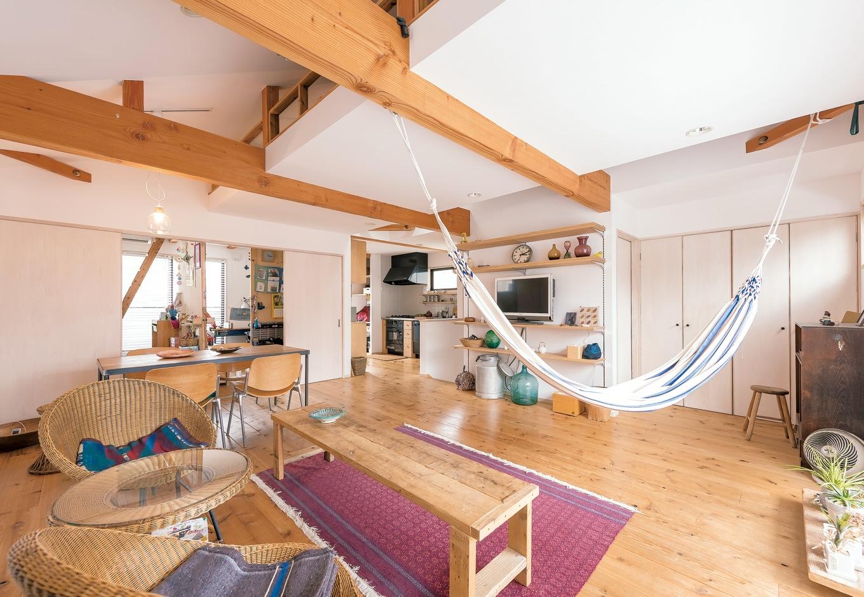KATO Construction Works【デザイン住宅、和風、自然素材】光と風が心地いい2階LDKはフルオープンの大空間。1階とのギャップにゲストの誰もが驚く。3 年が経過して杉の床も飴色に変化してきた