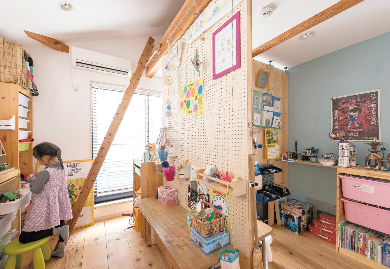 KATO Construction Works【デザイン住宅、和風、自然素材】ハンギングウォールでゆるやかにセパレートした子ども部屋