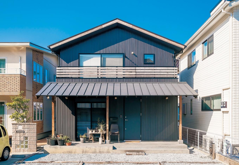 KATO Construction Works【デザイン住宅、和風、自然素材】シャープなガルバリウムと木のぬくもりが調和した飽きのこない外観
