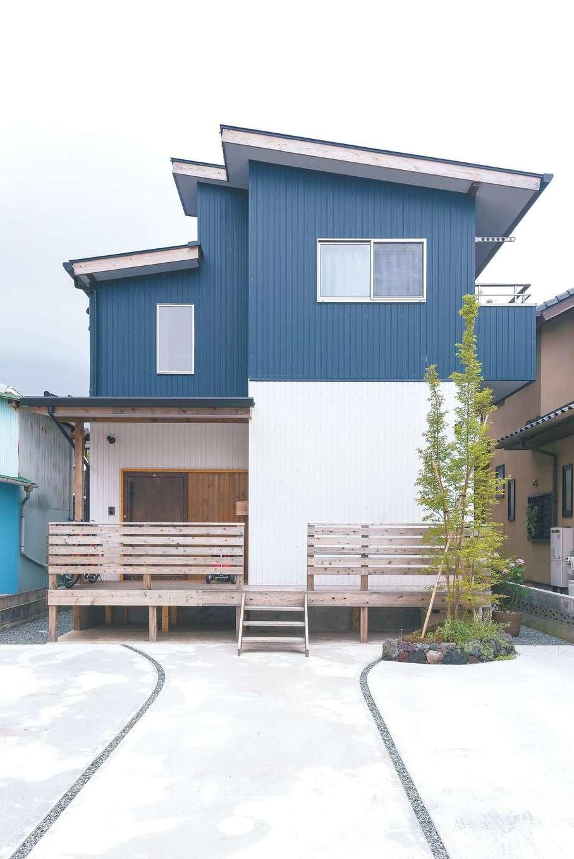 加藤忠男(加藤建築)【和風、自然素材、スキップフロア】2色のガルバを張り分け、洗練と軽やかさを感じさせる表情に。屋根の構成も個性となっている