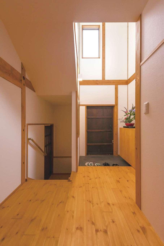 加藤忠男(加藤建築)【和風、自然素材、スキップフロア】北側にも関わらず、玄関にはたっぷりの光。敷地の特性が設計に反映されている