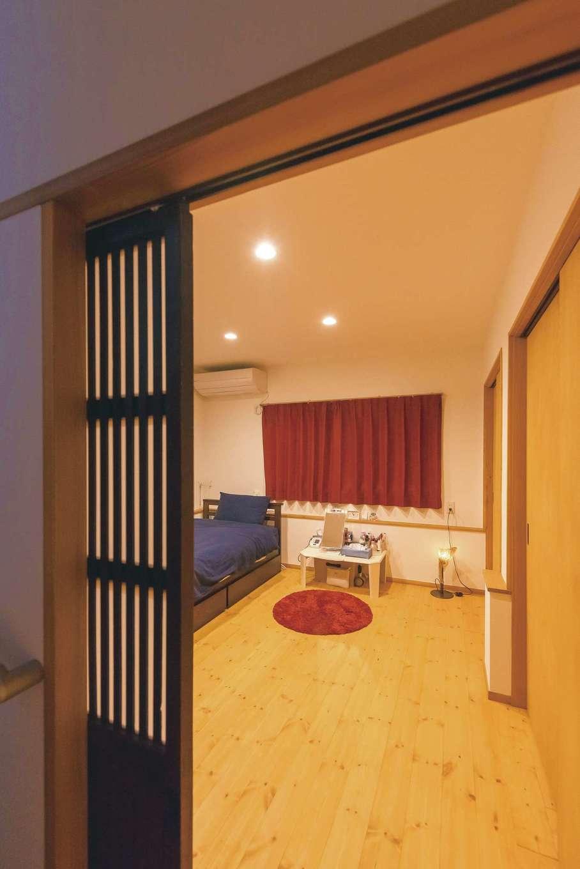 加藤忠男(加藤建築)【和風、自然素材、スキップフロア】お母さまの部屋はLDKから一段下がった0.5階に。上部の2.5階は収納部屋のため静かで、子世帯の暮らしの影響を受けにくい