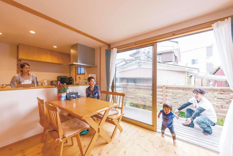 加藤忠男(加藤建築)【和風、自然素材、スキップフロア】家族が見渡せるキッチンは奥さまの希望。大きな窓がデッキとの一体感を生む