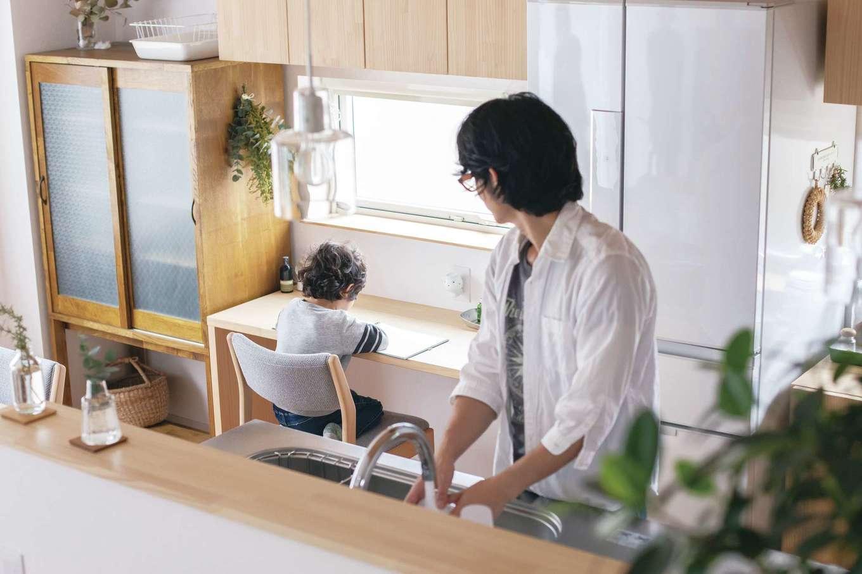 共感住宅 ray-out (レイアウト)【デザイン住宅、子育て、省エネ】子どもが安心してのびのびと学習できるようにキッチンのそばに造作カウンターを設置した。好奇心旺盛な年ごろの子どもにとっても、家族の気配を感じられる距離感が嬉しい