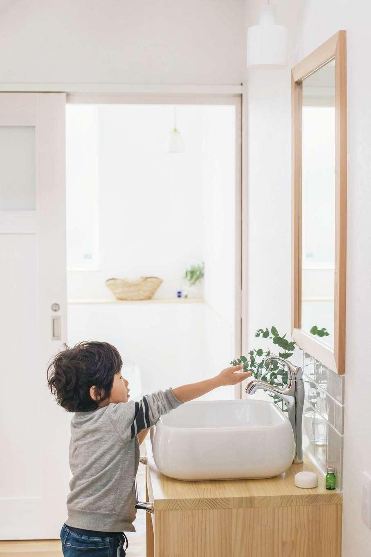 共感住宅 ray-out (レイアウト)【デザイン住宅、子育て、省エネ】玄関からすぐ近い場所に手洗いコーナーを設置。子どもの自主性を促す