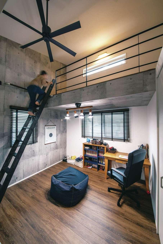 T-style 【デザイン住宅、子育て、省エネ】長男の部屋は、「ロフトがほしい」という要望のもと、大人かっこいいテイストに。大好きなマンガを読んだり、ゲームをして楽しい時間を過ごしている