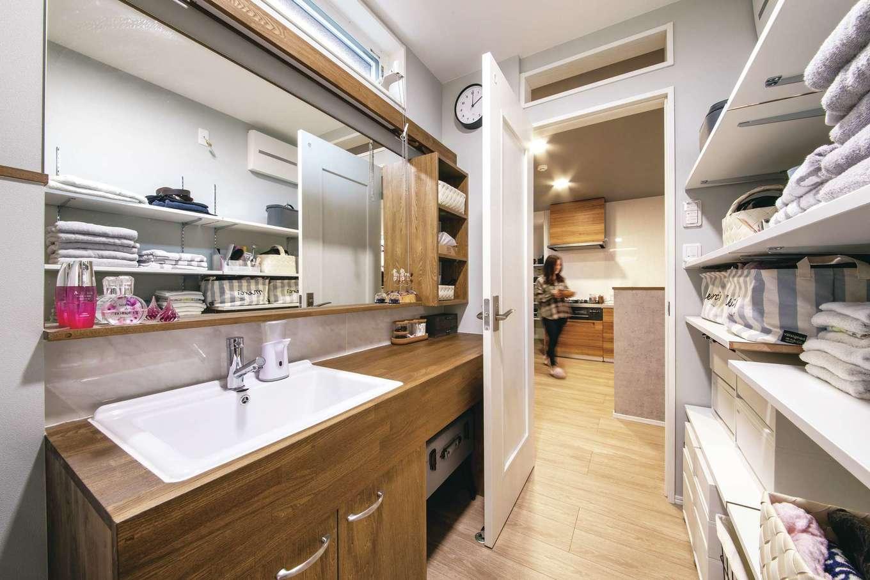 T-style 【デザイン住宅、子育て、省エネ】洗面所は、家族みんなで身支度をしてもゆとりのある広さ