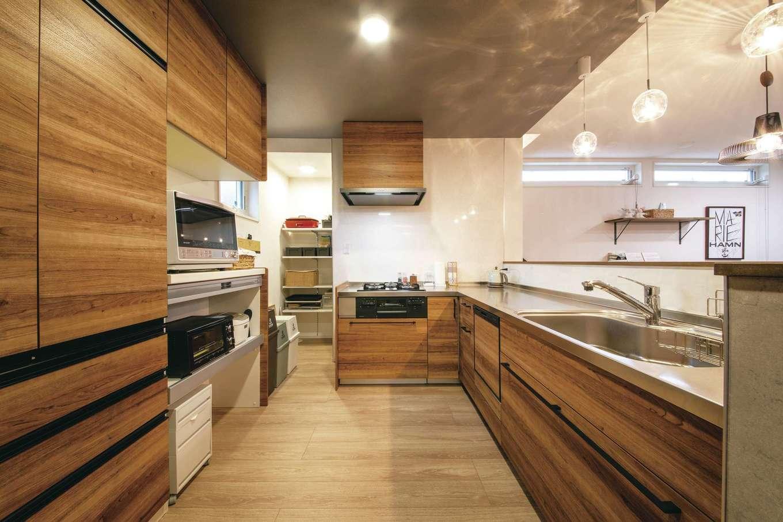 T-style 【デザイン住宅、子育て、省エネ】調理師の資格を持つ奥さまこだわりのL字型キッチン。将来、自宅で料理教室を開けるように、ゆったりとした造りにした