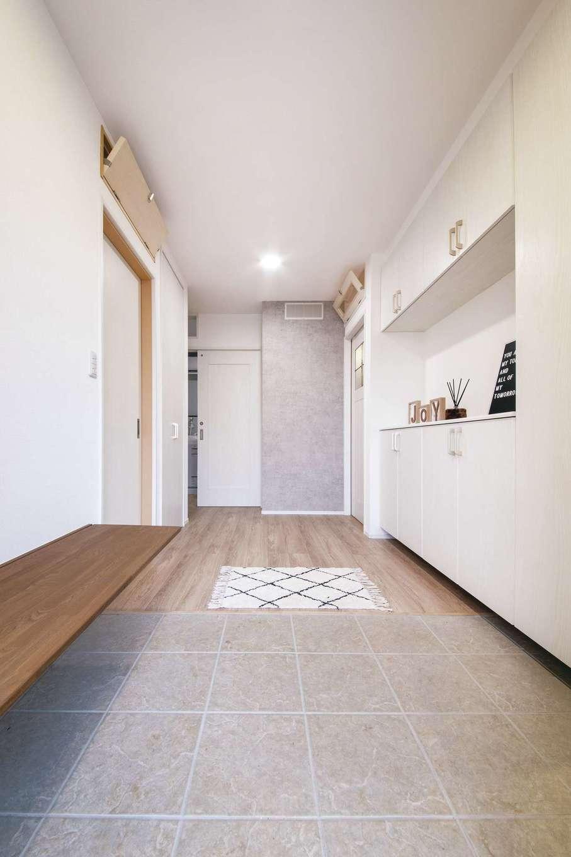 T-style 【デザイン住宅、子育て、省エネ】バリアフリーの玄関。靴を履くときに便利な折り畳み式のベンチを造作した