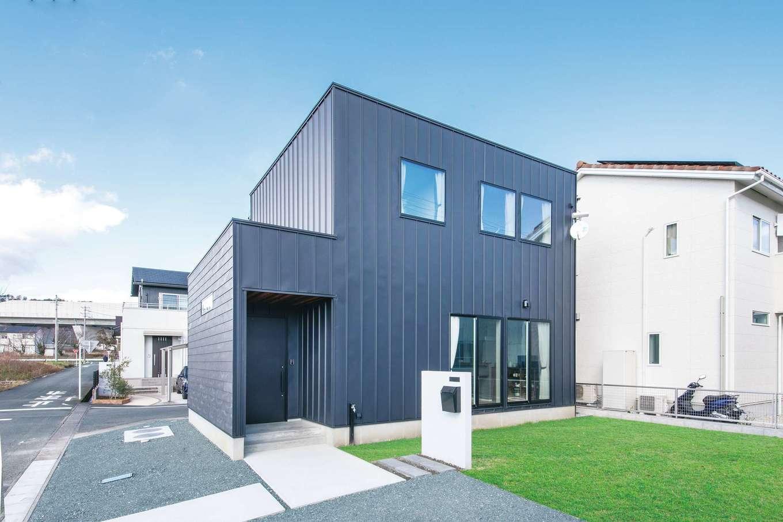 ワンズホーム【デザイン住宅、間取り、建築家】幅広のガルバリウム鋼板を貼った外観がシャープな印象。真っ黒な玄関ドアが映える