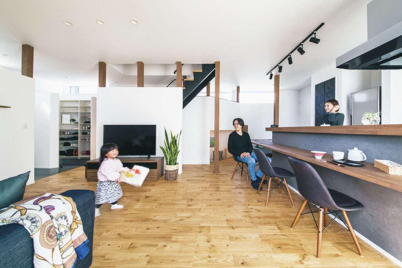 ワンズホーム【デザイン住宅、間取り、建築家】家族同士の距離が近く、いつも一体感を味わえるのが嬉しい。この春、奥さまは次女を出産予定。新しい生活に期待が膨らむ
