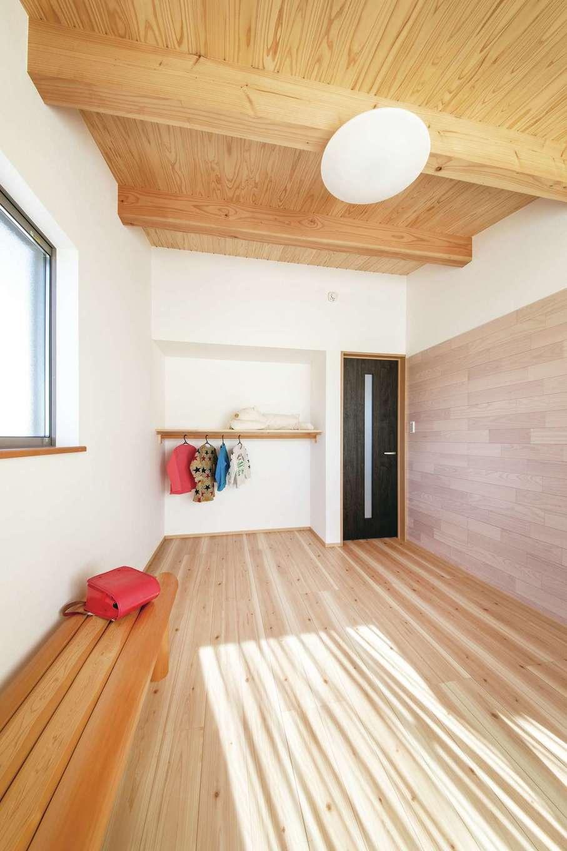 桧の住まい 磯建(磯部建設)【浜松市南区瓜内町1057・モデルハウス】2階の子ども部屋は6畳。収納に扉をあえて設けず、室内に広がりが感じられるようにした。扉がないので使い勝手も便利