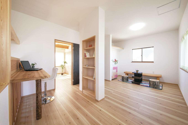桧の住まい 磯建(磯部建設)【浜松市南区瓜内町1057・モデルハウス】2階のフリースペースは多目的に利用できる広々空間。将来子どもが増えたら空間を仕切って子ども部屋を増やすことも可能。造作のカウンターと書棚も設けてある