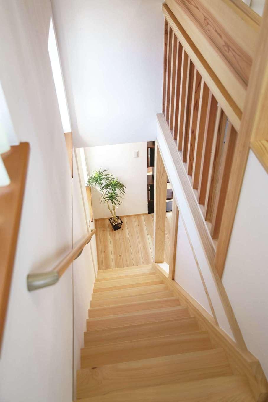 桧の住まい 磯建(磯部建設)【浜松市南区瓜内町1057・モデルハウス】ヒノキ無垢の階段は足触りが柔らかで心地いい。2階の格子など、随所に無垢材がインテリアアクセントとして用いられている