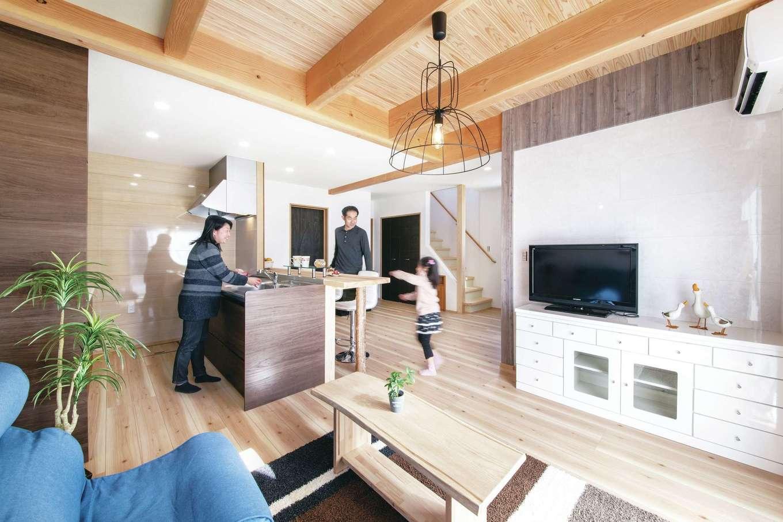 桧の住まい 磯建(磯部建設)【浜松市南区瓜内町1057・モデルハウス】18畳のLDKは広々として開放的。リビングのスギ板張りの天井がナチュラルで清々しい雰囲気を醸し出す。対面式のオープンキッチンからは室内全体を見渡せて、家族との会話も弾む。キッチンやユニットバスなどの住宅設備は高品質な5年保証のタイプで後々も安心