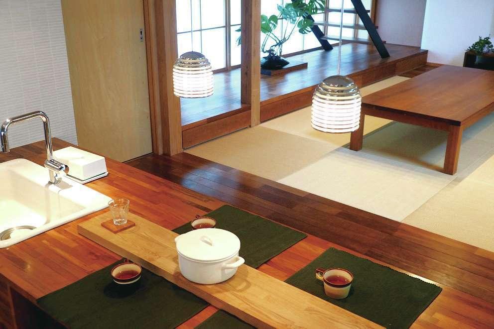桂建設【浜松市東区天王町1930・モデルハウス】キッチンに立ったときにリビングで床座をする家族と目線が合うように設計されている
