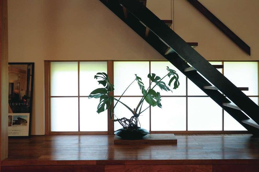 桂建設【浜松市東区天王町1930・モデルハウス】階段下には20センチの雛壇を設け、生花などを飾るステージとして利用