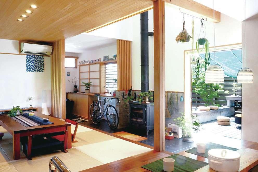 桂建設【浜松市東区天王町1930・モデルハウス】「床座」は人数が限定されず、大勢でくつろげる。造作テーブルは一般的なものよりも10㎝小さい80㎝にし、対面の相手との距離を縮めて心が通い合えるよう配慮されている